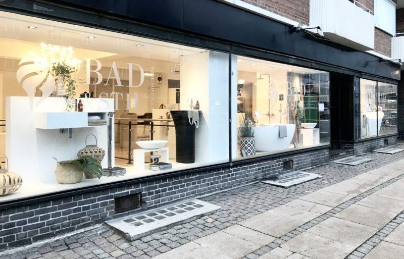 Bad & Stil's facade efter dekoration af vinduerne. Nu med hyggelig spastemning.